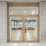 Massivholz-Rahmentüren von Schörghofer sorgen für Transparenz und Lichtdurchlässigkeit in Gebäuden und erfüllen darüber hinaus hohe Anforderungen an Brand-, Rauch- und Schallschutz – wie beispielsweise dieses zweiflügelige Türelement mit Oberlicht in der neuen Gesamtschule in Lippstadt.