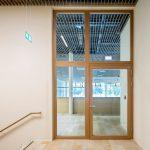 Mit Oberlicht und Seitenteil teilen die Schörghuber Massivholz-Rahmentüren auch große Durchgänge in Objekten räumlich ab und schaffen so unter anderem Brandabschnitte zwischen verschiedenen Bereichen eines Gebäudes.